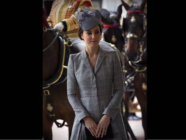Selasa (21/10/14), Kate Middleton tampil perdana di depan publik sejak hamil kedua, London. (AFP PHOTO/POOL/Carl Court)