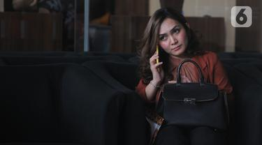 Sekretaris tersangka kasus dugaan suap distribusi gula Direktur Pemasaran PTPN III (Persero) I Kadek Kertha Laksana, Adinda Anjarsari usai menjalani pemeriksaan di Gedung KPK, Jakarta, Senin (23/12/2019). Adinda menjadi saksi terkait kasus dugaan suap yang menjerat bosnya. (merdeka.com/Dwi Narwoko)