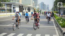 PSBB TRANSISI JAKARTA DIPERPANJANG: Warga beraktivitas menggunakan sepeda di kawasan Bundaran HI, Jakarta Pusat, Minggu (8/11/2020). Pemprov DKI Jakarta memastikan masa Pembatasan Sosial Berskala Besar (PSBB) transisi yang berakhir pada hari ini kembali diperpanjang. (Liputan6.com/Faizal Fanani)