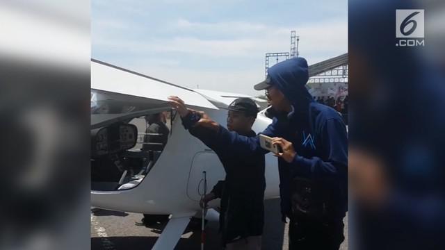 Seorang siswa tuna netra diberi kesempatan untuk bisa mengetahui bagaimana bentuk sebuah pesawat