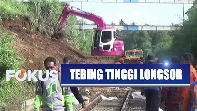 Hujan deras membuat tebing 7 meter longsor hingga menutup jalur kereta api di antara Stasiun Maseng-Cigombong, Bogor.