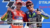 Duo Pembalap Italia, Andrea Iannone dari Tim Ducati dan Valentino Rossi dari tim Movistar Yamaha, merayakan podium mereka setelah Grand Prix Italia di sirkuit Mugello, Scarperia, Italia tengah, 31 Mei 2015. EPA / Ettore FERRARI