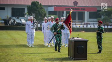 Panglima TNI Marsekal Hadi Tjahjanto membawa bendera saat meresmikan Komando Operasi Khusus (Koopssus) TNI di Lapangan Markas Koopssus TNI, Mabes TNI, Jakarta, Selasa (30/7/2019). Koopssus TNI bertugas untuk menyelenggarakan operasi khusus. (Liputan6.com/Faizal Fanani)