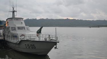 Nusakambangan dilihat dari Dermaga Sleko, Cilacap, pada sebuah senja. Kini buaya berkeliaran di tempat ini. (Foto: Liputan6.com/Muhamad Ridlo)