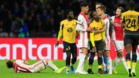 Ekspresi pemain Lille, Renato Sanches (tengah) setelah wasit memberinya kartu kuning karena melanggar pemain Ajax, Dusan Tadic pada laga Grup H Liga Champions di Amsterdam, Belanda, Selasa (17/9/2019). Ajax memuncaki klasemen Grup H Liga Champions usai mengalahkan Lille 3-0. (AP Photo/Peter Dejong)