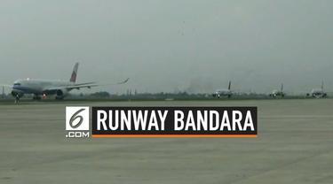 Presiden Joko Widodo meninjau pembangunan runway baru bandara Soekarno Hatta, Tangerang, Banten.
