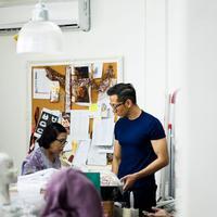 Tak semudah itu untuk mencapai sukses, desainer Toton menceritakan kisah perjalanan kariernya di industri fashion hingga sukses mendunia.