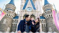 Sandra Dewi rayakan ultah pertama anaknya di Disneyland, Tokyo. (foto: Sweet Escape/Henry)