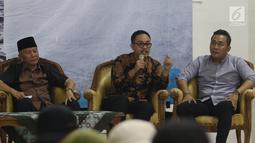 Ekonom INDEF Bhima Yudhistira (tengah) memberi pemaparannya saat diskusi buku Melawan Konspirasi Global di Teluk Jakarta di Jakarta, Kamis (31/5). (Liputan6.com/Pool/Odoy)