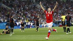 Gelandang Rusia, Denis Cheryshev, merayakan gol yang dicetaknya ke gawang Kroasia pada laga perempat final Piala Dunia di Stadion Fisht, Sochi, Sabtu (7/7/2018). Kroasia menang 2-2 (4-3) atas Rusia. (AP/Pavel Golovkin)