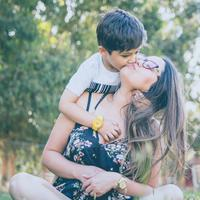 Nggak perlu menunggu sudah menikah atau punya anak untuk menjadi keibuan. (Sumber foto: unsplash.com/alvaro reyes)