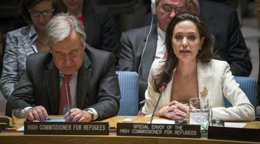 Artis Angelina Jolie saat menghadiri rapat Dewan Keamanan PBB di New York, AS (24/4/2015). Angelina Jolie sebagai utusan Komisaris Tinggi PBB untuk pengungsi (UNHCR) meminta negara-negara maju untuk membantu pengungsi Suriah. (REUTERS/Lucas Jackson)
