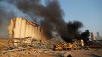Asap hitam mengepul dari lokasi ledakan yang menghantam pelabuhan Beirut, Lebanon, Selasa (4/8/2020). Ledakan dahsyat yang sedikitnya 73 orang dan ribuannya lainnya terluka itu meratakan hampir seluruh bangunan di sekitar Pelabuhan dan menyebabkan bangunan luluh lantak. (AP Photo/Hussein Malla)