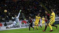 Kiper Cagliari, Rafael de Andrade, berusaha menepis bola tendangan pemain Juventus pada laga Serie A Italia di Stadion Sardegna, Cagliari, Sabtu (6/1/2018). Cagliari kalah 0-1 dari Juventus. (AFP/Miguel Medina)
