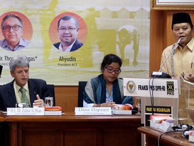 Wakil Ketua MPR Hidayat Nur Wahid memberi sambutan dalam diskusi Ambassador Talks di Fraksi PKS, Kompleks Parlemen, Jakarta, Selasa (17/4). Diskusi membahas penanganan pengungsi di negara konflik dan pengaruhnya secara global. (Liputan6.com/JohanTallo)