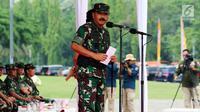 Panglima TNI Marsekal Hadi Tjahjanto memberi sambutan saat memimpin Apel Kesiapan Natal, Tahun Baru dan Pemilu 2019, Jakarta, Jumat (30/11). Apel diikuti 50.000 personel dari AD, AL, AU, dan Polri. (Liputan6.com/Johan Tallo)