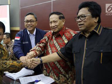 Ketua MPR Zulkifli Hasan (dua kiri) berfoto bersama calon Wakil Ketua MPR Fraksi PDIP Ahmad Basarah (kiri) dan Wakil Ketua MPR EE Mangindaan (dua kanan) serta Oesman Sapta Odang (kanan) di Kompleks Parlemen, Jakarta, Rabu (21/3). (Liputan6.com/JohanTallo)