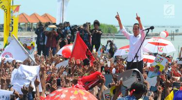 Capres 01 Joko Widodo mengacungkan jari saat kampanye terbuka di Kabupaten Cirebon, Jumat (5/4). Jokowi mengajak masyarakat Cirebon, untuk datang ke TPS dan meminta masyarakat untuk mencoblos surat suara yang fotonya memakai baju putih. (Liputan6 com/Angga Yuniar)