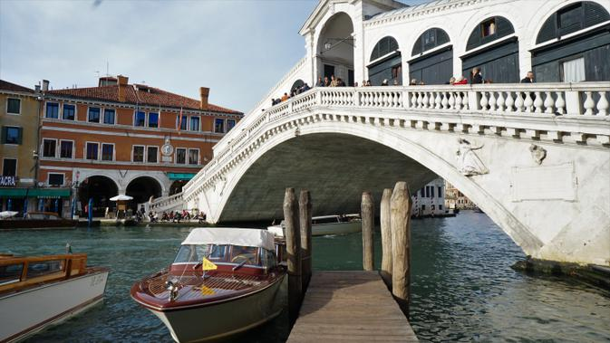 Jembatan Rialto, lokasi favorit bagi wisatawan untuk mengabdikan momen di Venesia. (Liputan6.com/Marco Tampubolon)