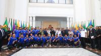 Gubernur Jawa Barat Ridwan Kamil berfoto bersama skuat Persib di Gedung Sate, Kamis (20/9/2018). (Huyogo Simbolon)