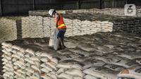 Pekerja menata susunan karung beras di Gudang Bulog Divisi Regional DKI Jakarta, Kelapa Gading, Kamis (18/3/2021). Seperti diketahui, saat ini Perum Bulog masih memiliki stok beras impor dari pengadaan tahun 2018 lalu. (merdeka.com/Iqbal S Nugroho)