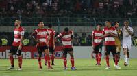 Para pemain Madura United tertunduk setelah kalah dari Persebaya secara dramatis. (Bola.com/Aditya Wany)