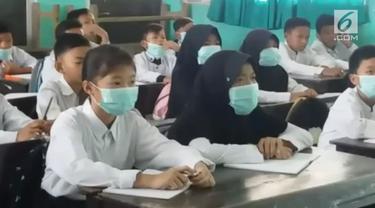 Ratusan pelajar di Jawa Barat terpaksa belajar menggunakan masker.