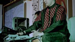 Pemilik nama lengkap Dory Haryanto Eka Saputra ini awalnya bermain drum sebelum ia bergabung dengan Didi Kempot pada tahun 2008. (Liputan6.com/IG/@doryharsa)