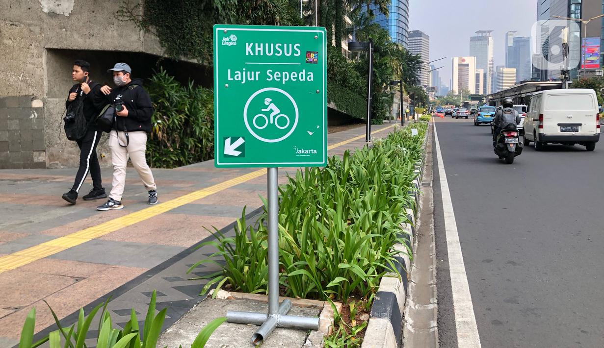 Tanda khusus lajur sepeda di Jalan MH Thamrin, Jakarta, Selasa (30/6/2020). Untuk menyikapi maraknya penggunaan sepeda sebagai sarana transportasi oleh masyarakat, Kementerian Perhubungan menyiapkan regulasi untuk pesepeda, khususnya aspek keselamatan. (Liputan6.com/Immanuel Antonius)