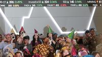 Pegawai mengenakan topi dan meniupkan trompet usai penutupan perdagangan saham tahun 2015 di Bursa Efek Indonesia, Jakarta, Rabu (30/12). Indeks Harga Saham Gabungan (IHSG) pada akhir perdagangan 2015 ditutup hari ini. (Liputan6.com/Angga Yuniar)