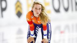 Atlet asal Belanda, Irene Schouten, mengatur nafas usai beraksi pada nomor 3000 m putri di Kejuaraan Dunia Speed Skating di Thialf ice arena, Heerenveen, Belanda, Minggu (24/1/2021). (AP/Peter Dejong)