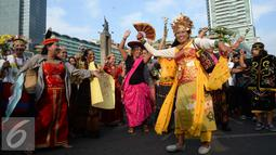 Peserta pawai budaya memperingati Hari Internasional Masyarakat Adat se-Dunia menari di Bundaran HI, Jakarta, Minggu (7/8). (Liputan6.com/Angga Yuniar)
