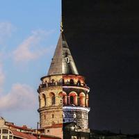 Seorang fotografer membuat project perbandingan Kota Istanbul pada siang dan malam hari. Hasilnya? Lihat sendiri! (Via: boredpanda.com)