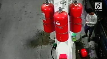 Detik-detik seorang pria dengan sengaja membakar sebuah pom bensin di New York.