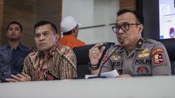 Karopenmas Divisi Humas Polri Brigjen Pol Dedi Prasetyo (kanan) memberi keterangan terkait kasus propaganda dan penyebar hoaks SARA di Mabes Polri, Jakarta, Jumat (28/6/2019). Polisi menyita barang bukti laptop, hp, hardisk, dan atribut laskar FPI. (Liputan6.com/Faizal Fanani)