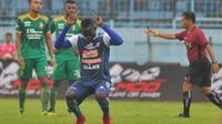 Gelandang Arema FC, Makan Konate, berhasil mencetak satu gol sekaligus membantu timnya menang 2-1 atas Sriwijaya FC, pada laga terakhir Liga 1 bersama Bukalapak di Stadion Kanjuruhan, Kabupaten Malang, Minggu (9/12/2018) sore WIB. (Bola.com/Iwan Setiawan)