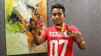 Andik Vermansah memamerkan medali juara Piala Malaysia 2015 ke bola.com. (Bola.com/Nicklas Hanoatubun)