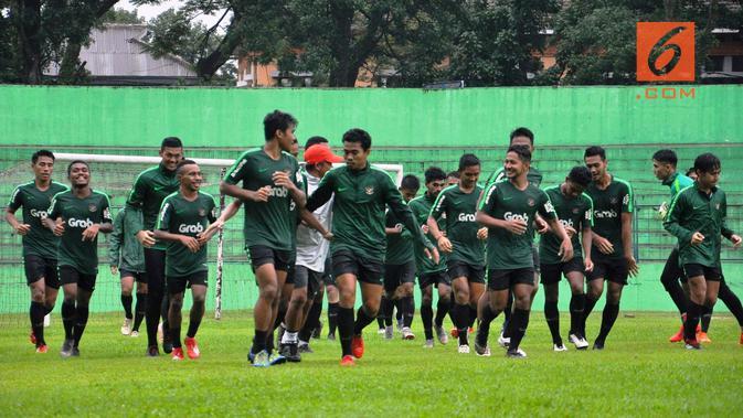 Timnas Indonesia U-22 berlatih di Stadion Gajayana, Malang, Jumat (8/2/2019). (Bola.com/Iwan Setiawan)#source%3Dgooglier%2Ecom#https%3A%2F%2Fgooglier%2Ecom%2Fpage%2F%2F10000