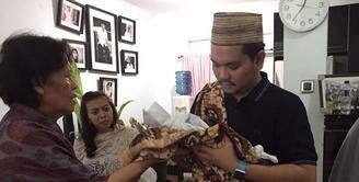 Berita duka datang dari pasangan Indra Bekti dan Aldila Jelita atas meninggalnya anak ke-3 mereka, Kenward Athar Indrabekti. Siapa sangka, Athar meninggal beberapa menit setelah dilahirkan sang ibu. (Rivan Yuristiawan/Bintang.com)