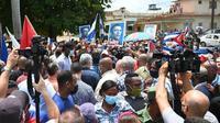 Foto Presiden Kuba Miguel Diaz-Canel (tengah) terlihat selama demonstrasi yang diadakan oleh warga untuk menuntut perbaikan di negara itu, di San Antonio de los Banos, Kuba, pada 11 Juli 2021 (AFP)