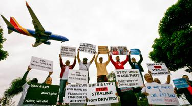 Sopir taksi online Uber dan Lyft menggelar protes di sebuah taman dekat Bandara Internasional Los Angeles, AS, Rabu (8/5/2019). Sopir Uber dan Lyft mogok kerja untuk memprotes penghasilan mereka yang dianggap terus menurun. (AP Photo/Damian Dovarganes)