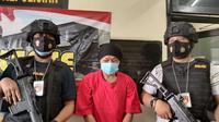 Pelaku pemerkosaan terhadap keponakan di Bekasi yang ditangkap polisi. (Liputan6.com/Bam Sinulingga)