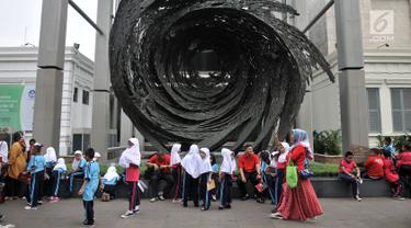 Rombongan siswa Sekolah Dasar (SD) memadati Museum Nasional, Jakarta, Selasa (26/6). Dalam rangka merayakan ulang tahun Jakarta ke-491, Pemprov DKI Jakarta menggratiskan tiket masuk museum-museum yang berada di Jakarta. (Merdeka.com/ Iqbal S. Nugroho)