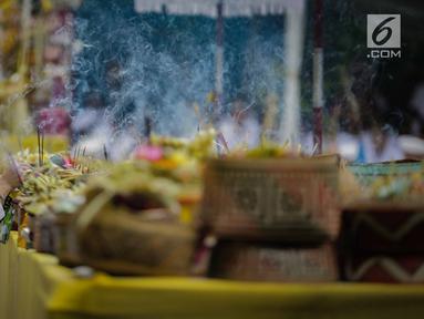 Umat Hindu meletakan dupa selama prosesi upacara Tawur Agung Kesanga 2019 di Pura Aditya Jaya Rawamangun, Jakarta, Rabu (6/3). Prosesi Tawur Agung merupakan rangkaian perayaan Hari Raya Nyepi Tahun Baru Saka 1941. (Liputan6.com/Faizal Fanani)
