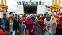 Para pengungsi turun dari kapal ferry usai dievakuasi dari Pulau Sebesi, di Pelabuhan Bakauheni, Lampung, Rabu (26/12). Ribuan pengungsi tsunami dari Pula Sebesi terpaksa dievakuasi menggunakan kapal ferry. (AFP Photo/Mohd Rasfan)