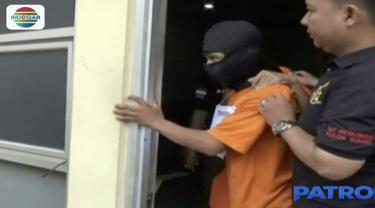 Polda Sumatra Selatan gelar rekonstruksi pembunuhan sopir taksi online. Awalnya pelaku berniat cari kerja di Palembang.