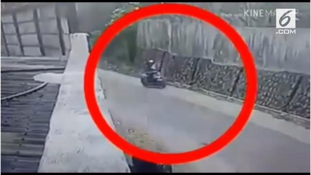 Beredar rekaman kamera CCTV aksi seorang penjambret di jalan raya. Namun, aksinya gagal karena korban melawan.