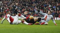 Pemain Arsenal, Alexandre Lacazette (kiri) berebut bola dengan pemain Crystal Palace, Timothy Fosu-Mensah dan Kiper Wayne Hennessey pada lanjutan Premier League di Emirates stadium, London, (20/1/2018). Arsenal menang 4-1. (AP/Frank Augstein)