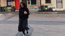 Meski pakai outift serba hitam, Nabila Faisal tetap cantik dan memesona. Pdukan turtle neck warna hitam dan rok senada, gaya chic Nabila makin lengkap dengan sepatu kets. (Liputan6.com/IG/@fastynabila)