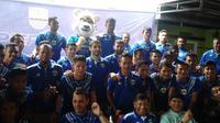 Pemain Persib Bandung merayakan ulang tahun klub ke-86 pada Kamis (14/3/2019) di Panti Asuhan Anida Rosada, Jalan Karapitan Bandung. (Bola.com/Erwin Snaz)